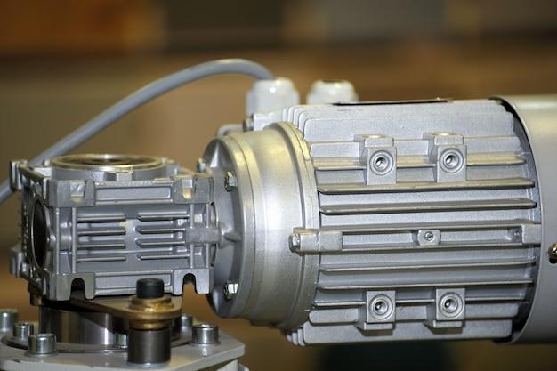 Leistungsstarker elektromotor mit untersetzungsgetriebe. elektromotor an der maschine