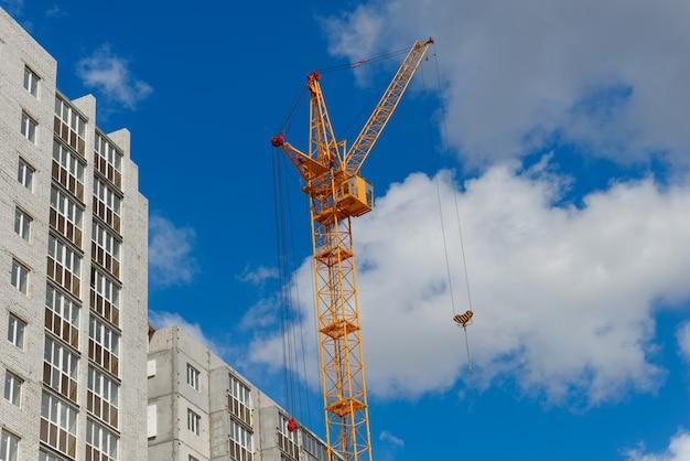 Leistungsstarker kran und neue hochhäuser