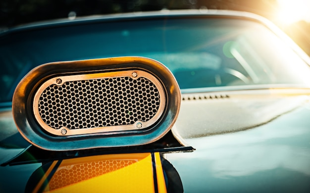 Leistungsstarkes muscle-car nahaufnahme der motorhaube