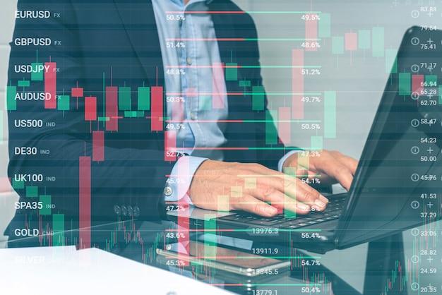 Leitender mann, der in die online-börse investiert