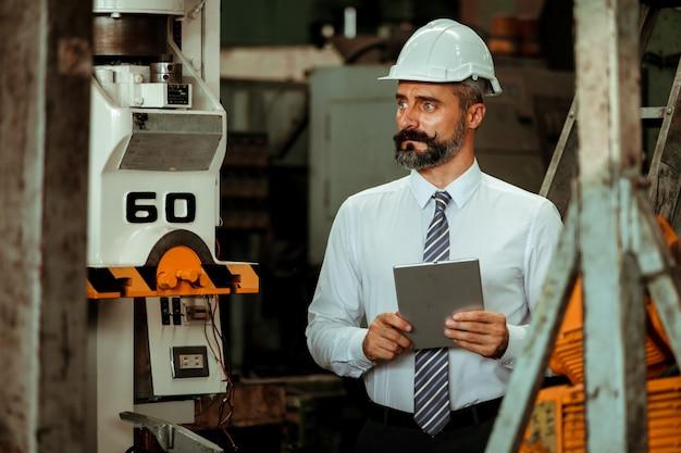 Leitender projektmanager in einer industriefabrik