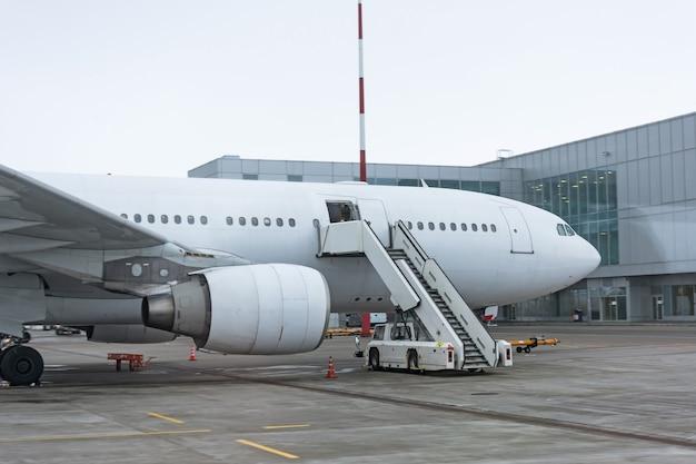 Leiter am passagierflugzeug, die darauf wartet, dass die passagiere am aeroopt-terminal einsteigen.