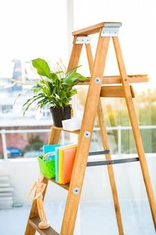 Leiter benutzt als regal im büro durch großes fenster