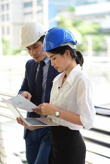 Leiter des ingenieurs zur überprüfung des projektsportrait eines professionellen ingenieursportrait eines asiatischen männlichen auftragnehmeringenieurs