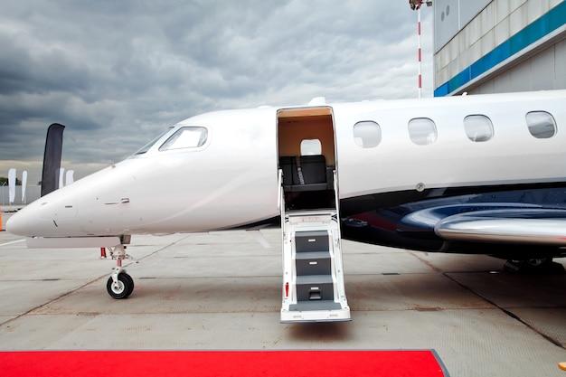 Leiter mit offener tür im geschäftsflugzeug