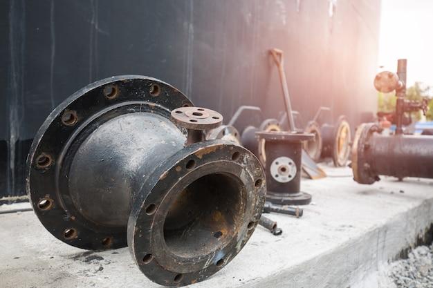 Leitungs- und ventilöl fließt in den vorratstank