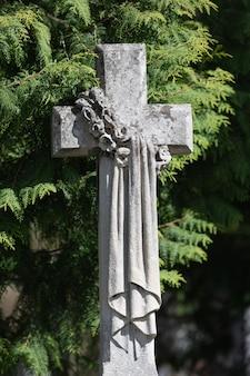Lemberg, ukraine - 25. mai 2020: alter lychakiv-friedhof in lemberg.altes steinkreuz auf dem grab auf dem lychakivskyj-friedhof