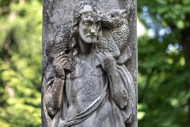 Lemberg, ukraine - 25. mai 2020: alter lytschakiw-friedhof in lemberg. alte statue auf dem grab auf dem friedhof von lychakivskyj