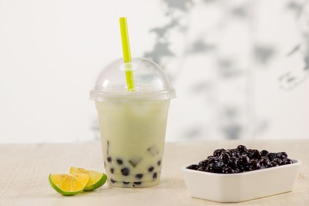 Lemon boba bubble tea mit früchten und crushed ice.