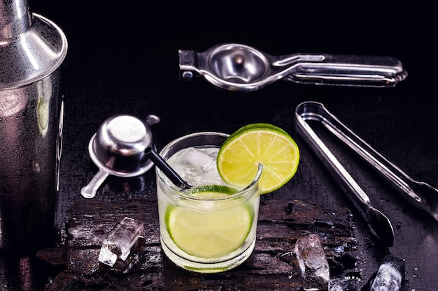 Lemon caipirinha, brasilianisches getränk auf basis von zitrone und cachaca