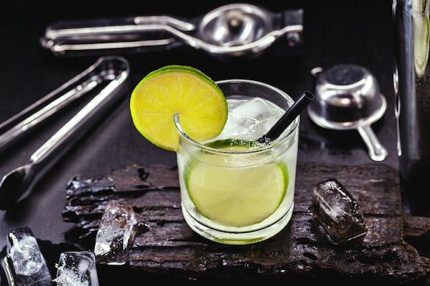 Lemon caipirinha, brasilianisches getränk auf zitronenbasis