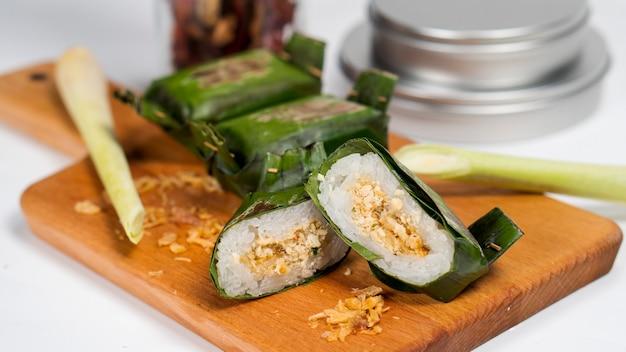 Lemper ist ein indonesischer snack aus klebreis, gefüllt mit gewürztem hühnchenschnitzel oder