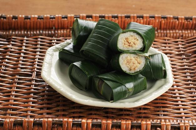 Lemper ist ein traditionelles indonesisches gericht aus klebreis oder klebreis, gedämpft mit kokosmilch, mit hühnerseide im inneren und umwickelt mit bananenblatt-zylinderform