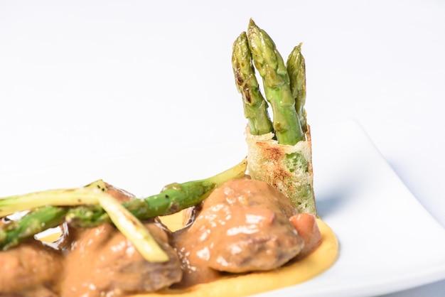 Lendensteak mit pfeffer-spargel-sauce