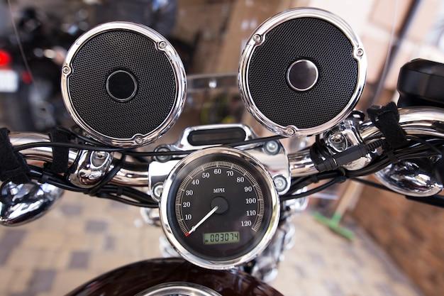 Lenkrad mit musiklautsprechern am motorrad