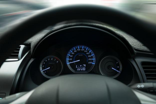Lenkrad und armaturenbrett, warnschildwarnung auf dem armaturenbrett für sicherheitsfahrer anbringen