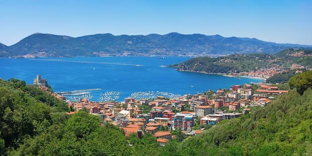 Lerici ist eine kleine stadt an der ligurischen küste italiens in der provinz la spezia.