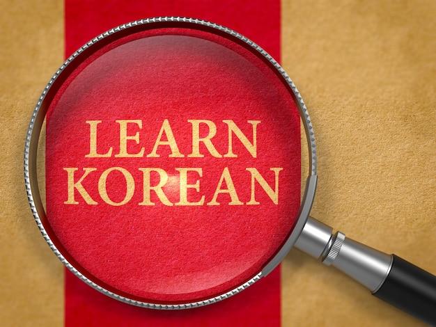 Lerne koreanisch durch lupe auf altem papier