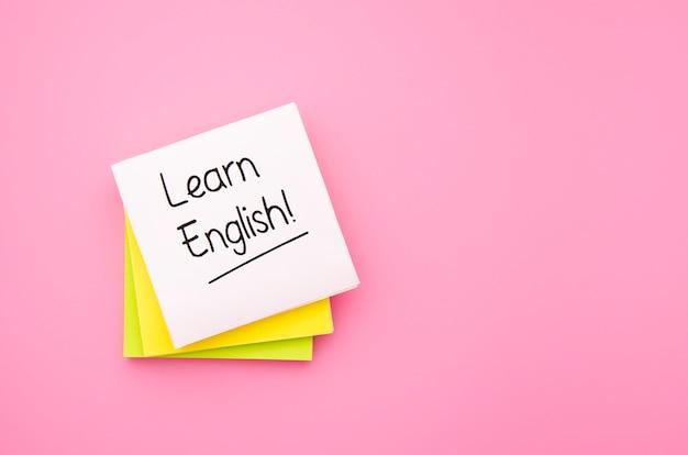 Lernen sie englisch haftnotizen auf rosa hintergrund
