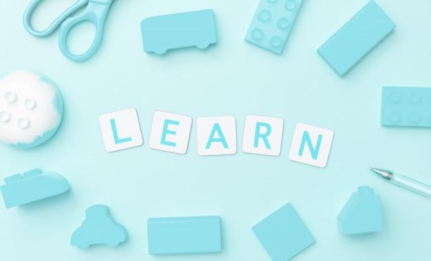 Lernen sie mit spielzeug und gegenständen für kinderbildungskonzept auf blauem hintergrund