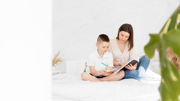Lernen von hauslehrer und kinderschreiben