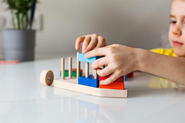 Lernlogik spielzeug für kinder. montessori-spiele für die kindliche entwicklung. holzspielzeug für kinder.
