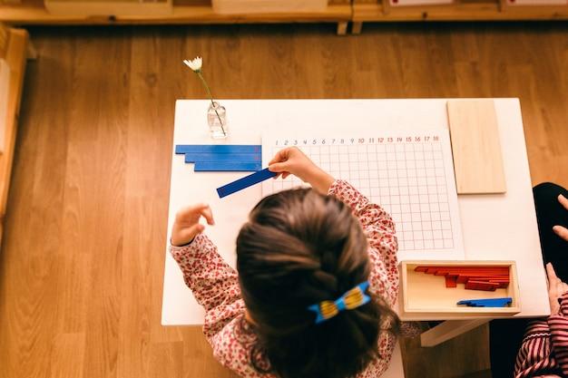 Lernmaterialien in einer montessori-methodologie-schule, die von kindern manipuliert wird