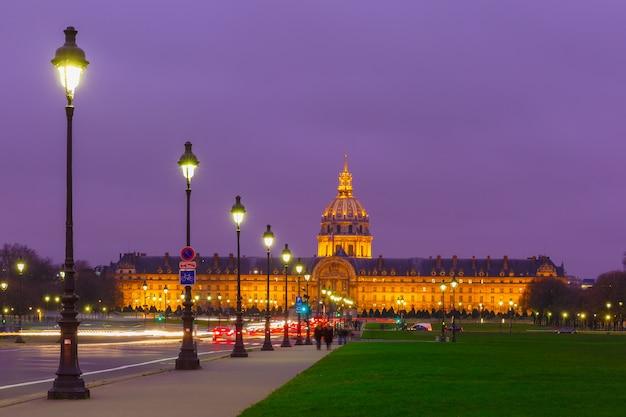 Les invalides in der nacht in paris, frankreich