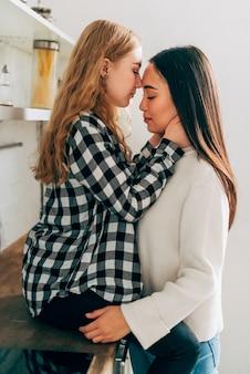 Lesben paar stehend und umarmen