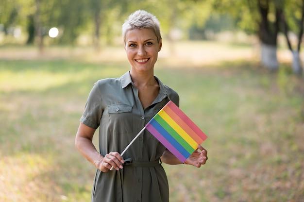 Lesbenfrau mit flagge