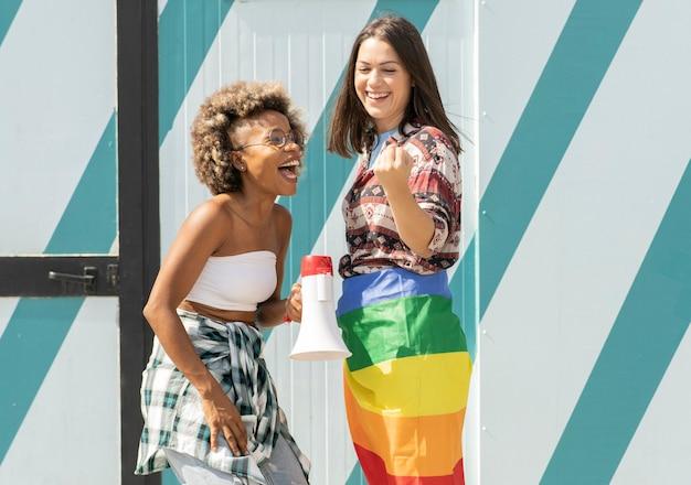 Lesbische frauen, gemischtrassig, gay-pride-tag