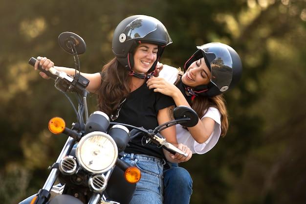 Lesbisches paar auf einem motorrad-roadtrip