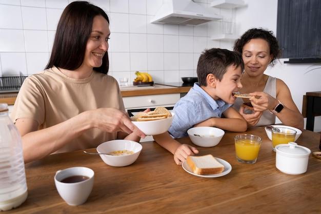 Lesbisches paar mit sohn beim frühstück