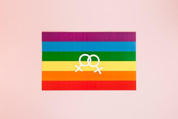 Lesbisches paar symbol auf regenbogenfahne