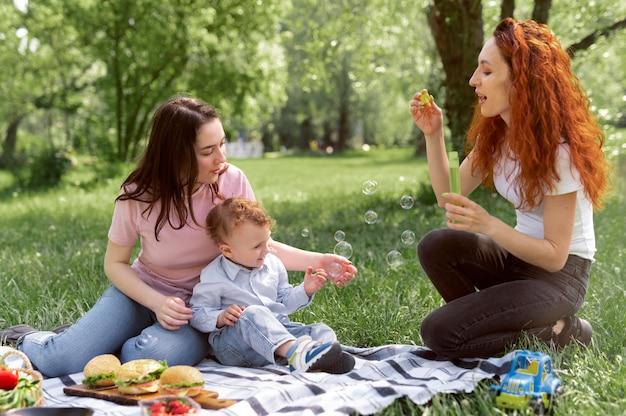 Lesbisches paar verbringt zeit mit seinem kind