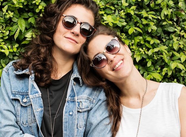 Lesbisches paar zusammen draußen konzept