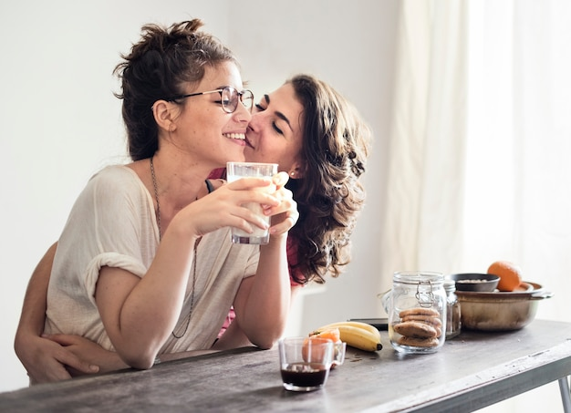 Lesbisches paar zusammen zuhause konzept