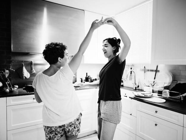 Lesbisches paartanzen in der küche