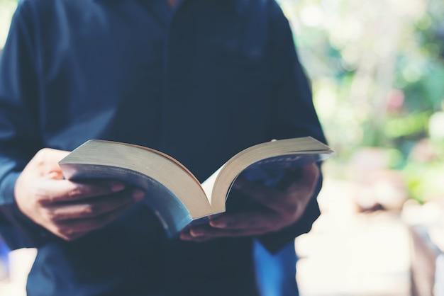 Lesen junger erwachsener mann bücher
