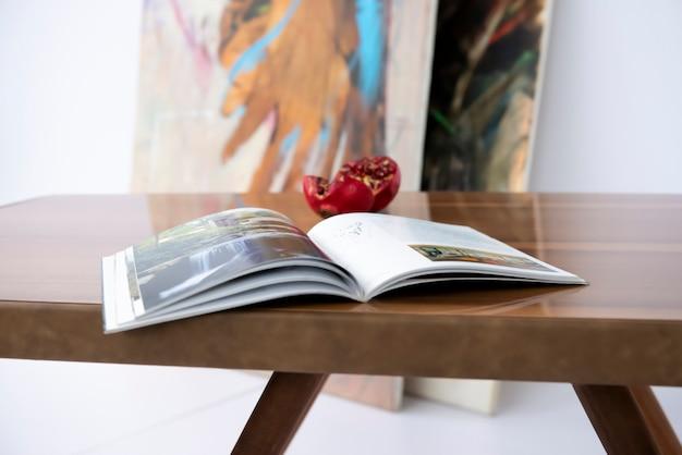 Lesen sie ein buch und erweitern sie ihre interessen während der corona auf einem luxuriösen handgefertigten kastanientisch mit epoxidharz.