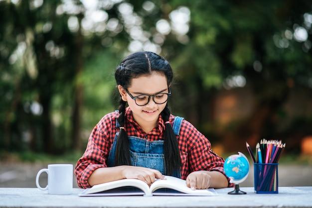 Lesen und denken des jungen mädchens