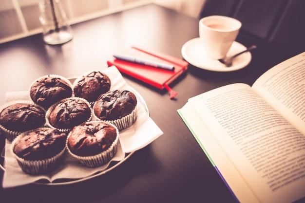 Lesen während des frühstücks