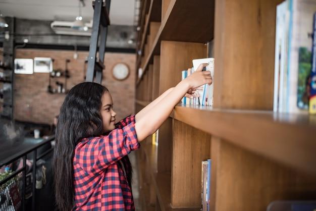 Lesendes wissen der studentin von einem buch an der bibliothek