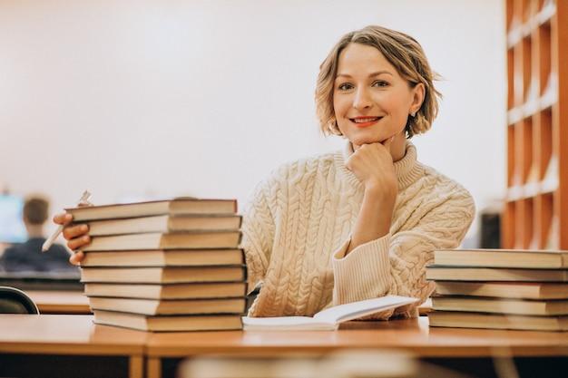 Lesung der jungen frau an der bibliothek