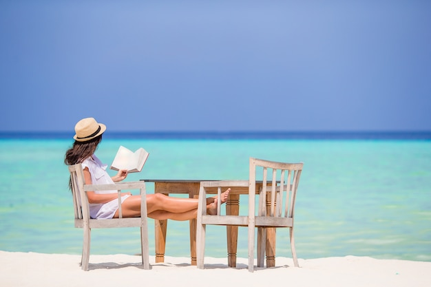 Lesung der jungen frau strandcafé am im freien