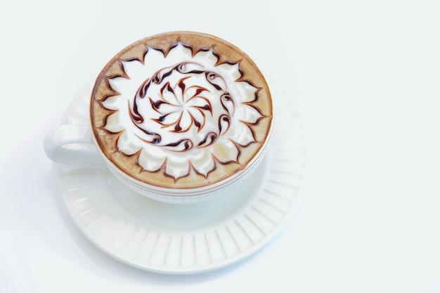 Lette kunstkaffee in einer weißen tasse.