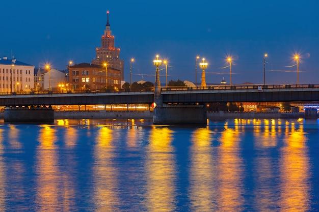 Lettische akademie der wissenschaften bei nacht, riga