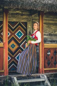 Lettische frau in traditioneller kleidung. ligo leute.