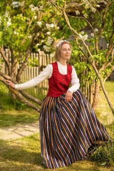 Lettische frau in traditioneller kleidung