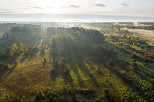 Lettische ländliche landschaft an einem nebligen herbstmorgen, luftbild